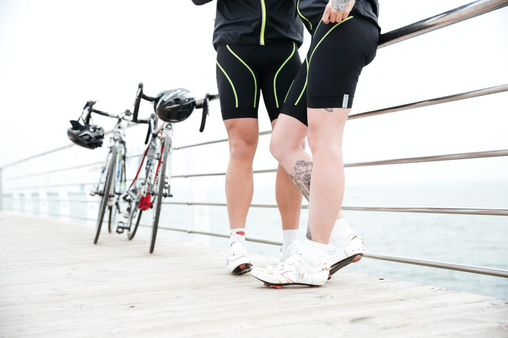 Capacete, tenis e roupa para andar de bicicleta