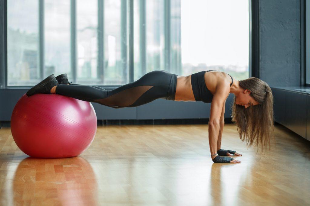 exercício abdominal com bola