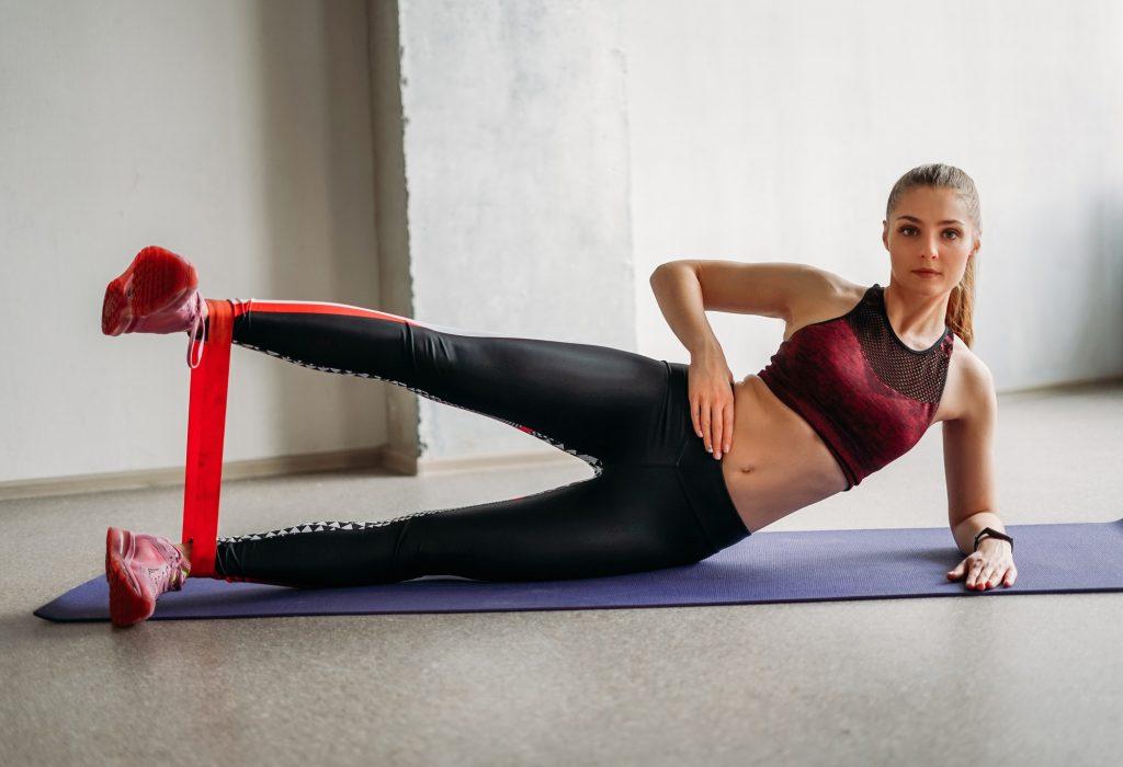 Exercícios com elástico deitada